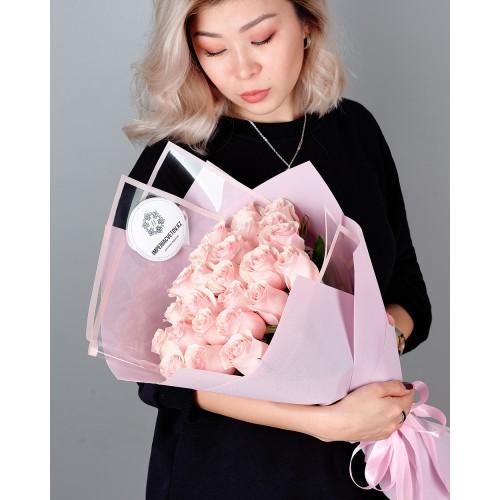 Купить на заказ Букет из 25 розовых роз с доставкой в Зыряновске