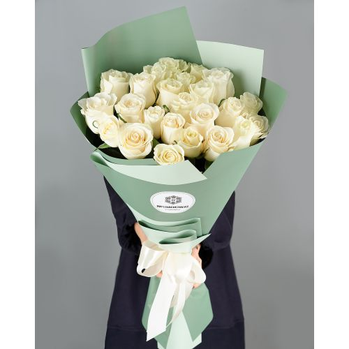 Купить на заказ Букет из 25 белых роз с доставкой в Зыряновске