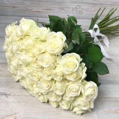 Купить на заказ Букет из 51 белой розы с доставкой в Зыряновске